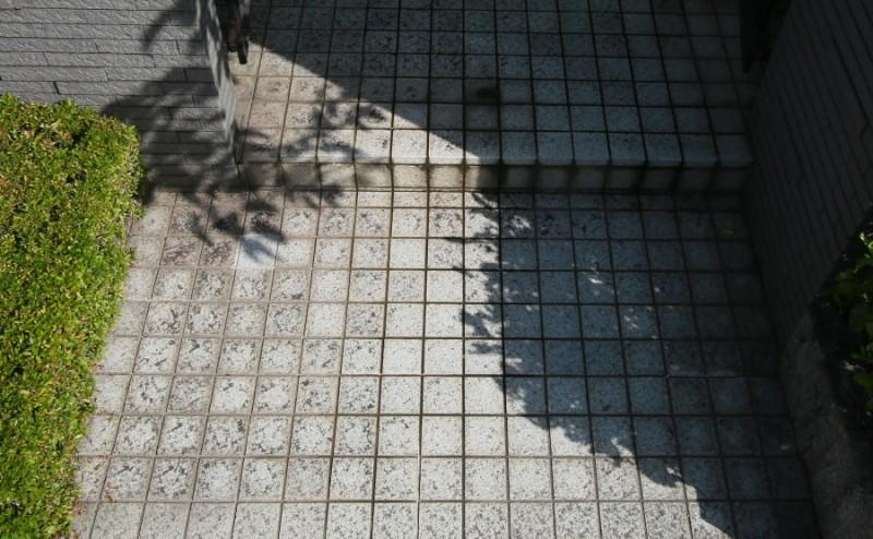 玄関タイル黒ずみ汚れ